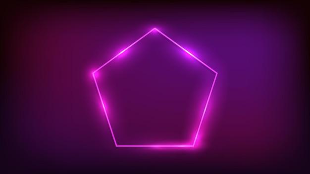 Neonrahmen in fünfeckform mit glänzenden effekten auf dunklem hintergrund. leere leuchtende techno-kulisse. vektor-illustration.