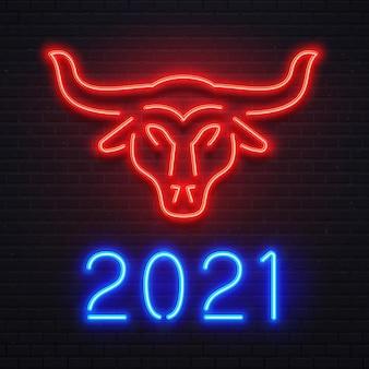 Neonroter ochse für 2021 neujahrsgrußkarte. hellblaues zeichen 2021, bar- oder café-schild, helles banner. logo-stier für feiertagsfeier. kuhsymbol auf backsteinmauervektorillustration