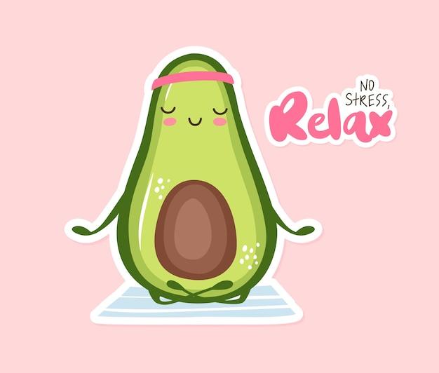 Nette avocado, die yoga macht. lustige karikaturfruchtfigur lokalisiert auf einem weißen hintergrund. kein stress, entspannen sie den schriftzug. lustige illustration. kawaii karte.