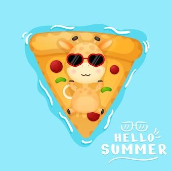 Nette babygiraffe, die auf pizzaschwimmboje liegt sommerkarikatur