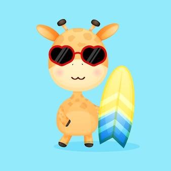 Nette babygiraffe, die surfbrett sommerkarikatur hält