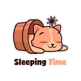Nette braune katze, die in einer blumenvase schlaft