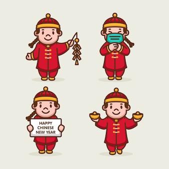 Nette chinesische kinder im neujahrsfeierkostüm
