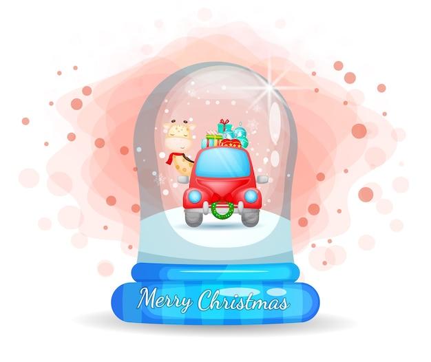 Nette giraffe, die rotes auto in glasglocke für weihnachtstag fährt