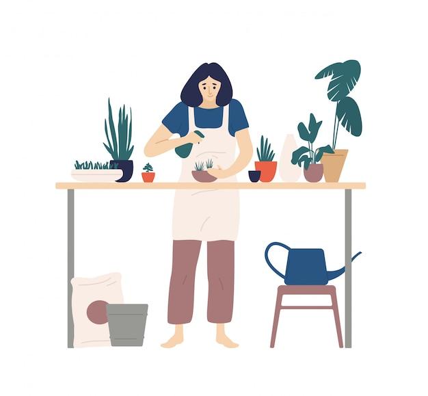 Nette junge lächelnde frau oder gärtner, die sich um hausgarten kümmern und zimmerpflanzen sprühen, die in pflanzgefäßen wachsen. flache karikatur farbige illustration.