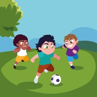 Nette jungen, die draußen fußball spielen