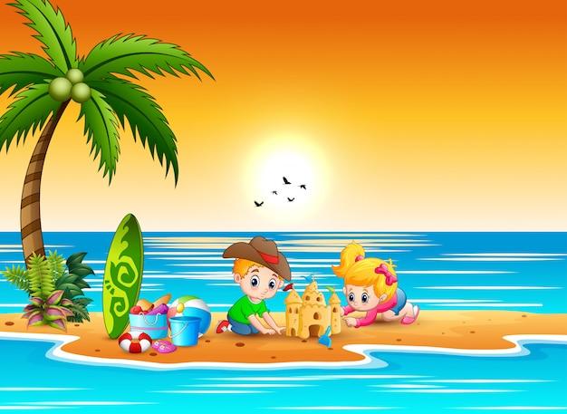 Nette jungen- und mädchenkarikatur, die sandburg am strand macht