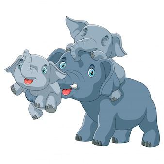 Nette karikaturfamilie des elefanten zusammen spielend
