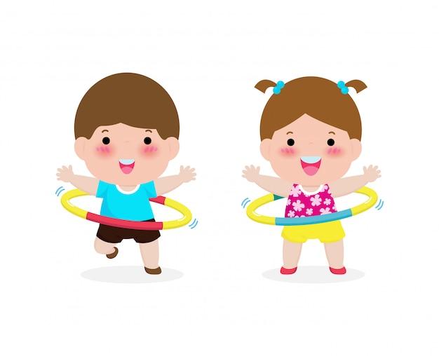 Nette karikaturkinderübungen mit hula hoop. kinder spielen hoola hoop, gewichtsverlust-konzept, gesund und fitness, lustiger kindercharakter-sport lokalisiert auf weißer hintergrundillustration