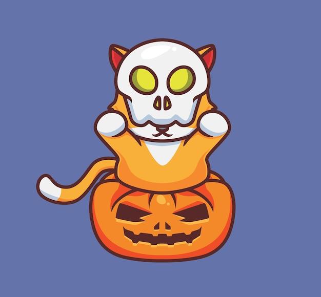 Nette katze, die eine schädelmaske auf dem kürbis spielt. isolierte cartoon-tier-halloween-illustration. flacher stil geeignet für sticker icon design premium logo vektor. maskottchen-charakter