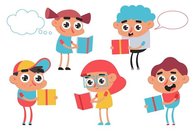Nette kinder, die buchkarikaturfiguren lesen, lokalisiert auf einem weißen hintergrund