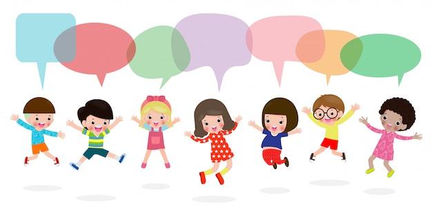 Nette kinder, die draußen mit spracheblasenfahne spielen