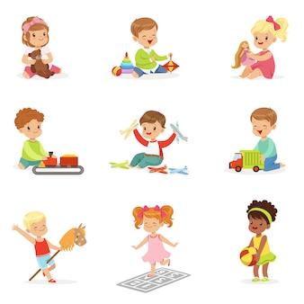 Nette kinder, die mit verschiedenen spielzeugen und spielen spielen, die spaß auf eigene faust haben und kindheit genießen.