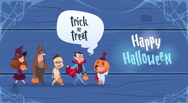 Nette kinder tragen monster-kostüm, glückliches halloween-party-feier-konzept
