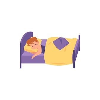 Nette kinderjungenkarikaturfigur, die im bett unter decke, flache illustration auf weiß schläft