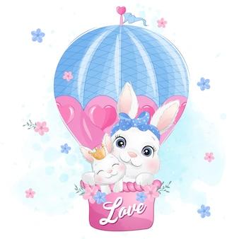 Nette kleine hasenmutter und baby, die mit luftballon fliegen