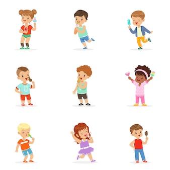Nette kleine kinder, die eis essen. glückliche kinder genießen das essen mit ihrem eis. karikatur detaillierte bunte illustrationen