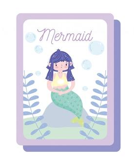 Nette kleine meerjungfrau mit grünem schwanz, der auf felsen mit blasenkarikatur sitzt