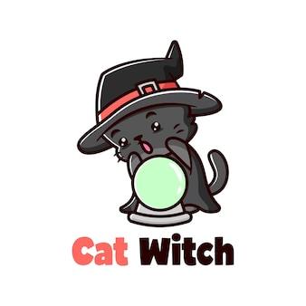 Nette kleine schwarze katze, die hexenhut hat und mit christal ball spielt
