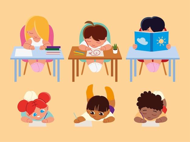 Nette kleine studenten, die lesen und schreiben