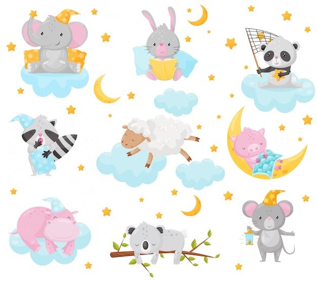 Nette kleine tiere, die unter einem sternenhimmel schlafen, reizender elefant, hase, panda, waschbär, schaf, ferkel, nilpferd, das auf wolken schläft, gutes nachtgestaltungselement, süße träume illustration