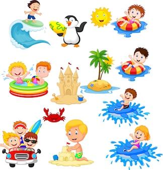 Nette kleinkinder, die auf dem strand spielen
