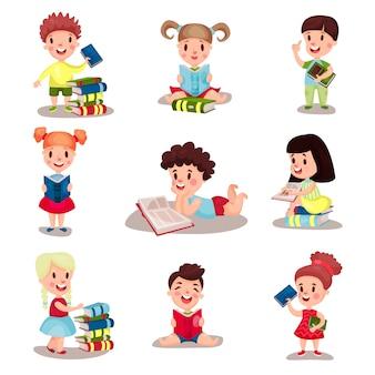 Nette kluge jungen und mädchen, die bücher lesen illustrationssatz