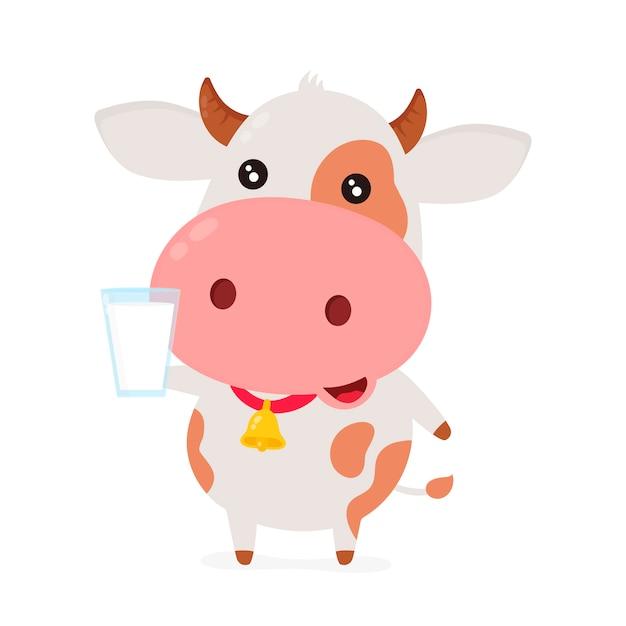 Nette lächelnde glückliche lustige kuh mit glas milch.