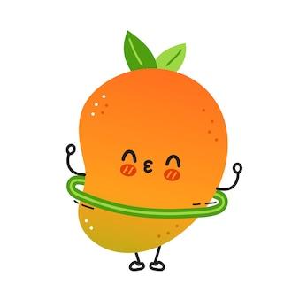 Nette lustige mangofrucht machen training mit hula-hoop. vektor handgezeichnete cartoon kawaii charakter abbildung symbol. isoliert auf weißem hintergrund. mango exotisches babyfrucht-charakterkonzept