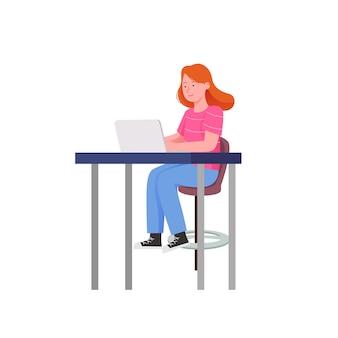 Nette mädchen mit laptop, der im stuhl sitzt