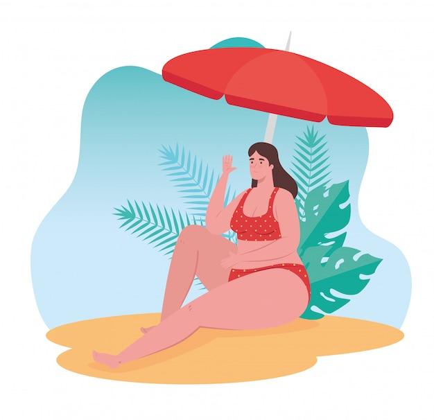 Nette pralle frau im badeanzug, der im strand sitzt, sommerferienzeit