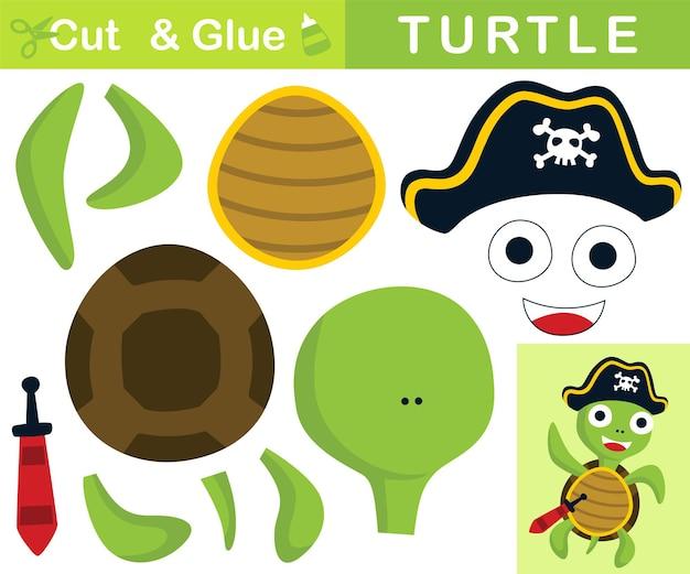Nette schildkröte, die piratenhut trägt, während schwert trägt. bildungspapierspiel für kinder. ausschnitt und kleben. cartoon-illustration