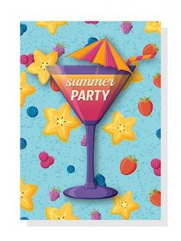 Nette sommerhintergrundschablone für banner und tapeten, einladungskarten. leckerer frischer cocktail mit strohhalm und regenschirm. carambola, erdbeere und blaubeeren auf der rückseite.