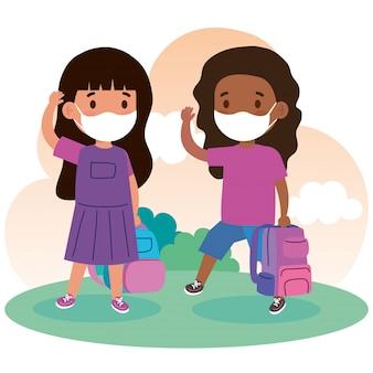 Nette studentinnen, die medizinische masken tragen, um coronavirus covid 19 mit schultaschen zu verhindern