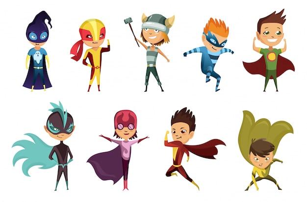 Nette superheldenkinder in bunten kostümen. kinder als superhelden verkleidet. lustiger flacher isolierter satz kinder, die superheldenkostüme mit unterschiedlicher pose tragen