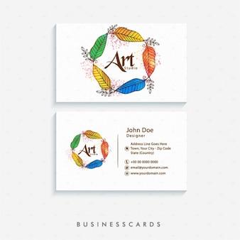 Nette visitenkarte mit federn in verschiedenen farben