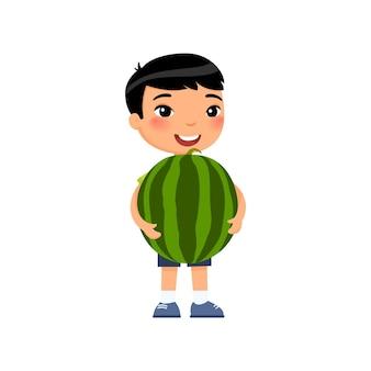Netter asiatischer junge, der wassermelonenerntekonzept hält