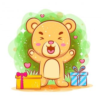 Netter babybär, der mit geschenken glücklich fühlt