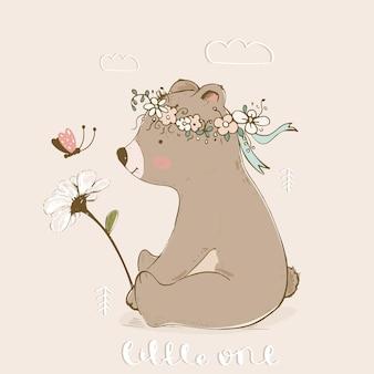 Netter babybär mit schmetterling riecht eine blume hand gezeichnete vektorillustration