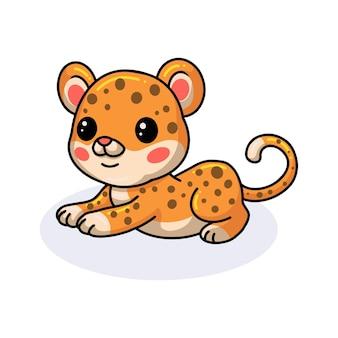 Netter babyleoparden-cartoon, der sich hinlegt