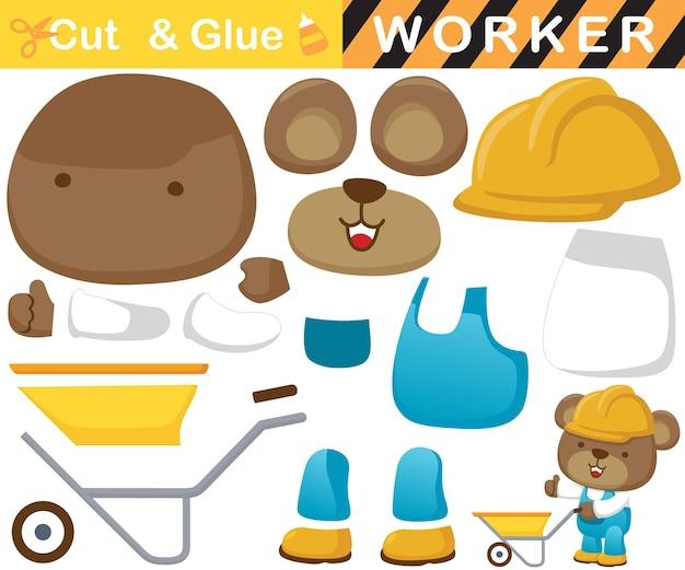 Netter bär, der arbeiteruniform mit schubkarre trägt. bildungspapierspiel für kinder. ausschnitt und kleben. cartoon-illustration