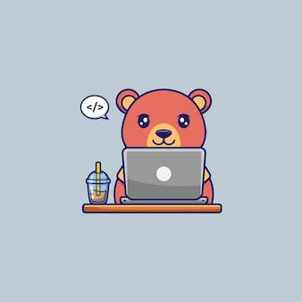 Netter bär, der mit laptop arbeitet