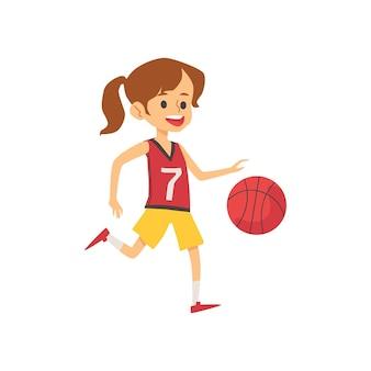 Netter basketballspieler des kleinen mädchens in uniform und mit ball, flache flache illustration auf weiß