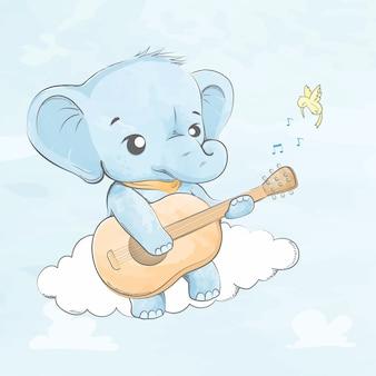 Netter elefant sitzen auf der wolke und spielen eine gezeichnete gitarrenkarikaturhand