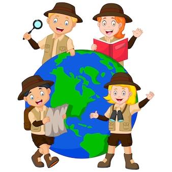 Netter familienforscher um einen globus