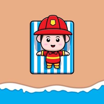 Netter feuerwehrmann, der auf strandkarikaturmaskottchen ein sonnenbad nimmt