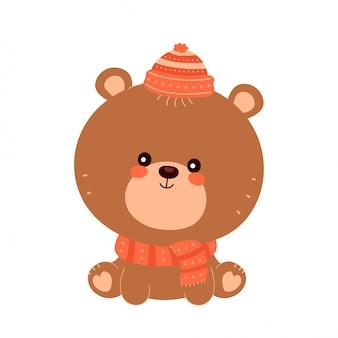 Netter glücklicher lächelnder babybär im schal und im hut. flache zeichentrickfigur illustration symbol. isoliert auf weiss. baby bär charakter