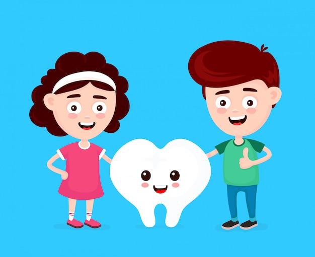 Netter glücklicher lustiger lächelnder junge, mädchen und weißer zahn