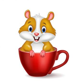 Netter hamster, der in der roten tasse sitzt