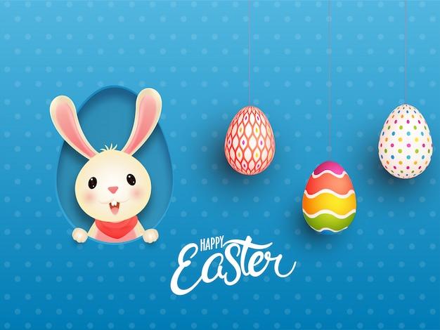 Netter hase in papier geschnittene eierform und hängende realistische eier auf blauen tupfen, glückliche osterkarte